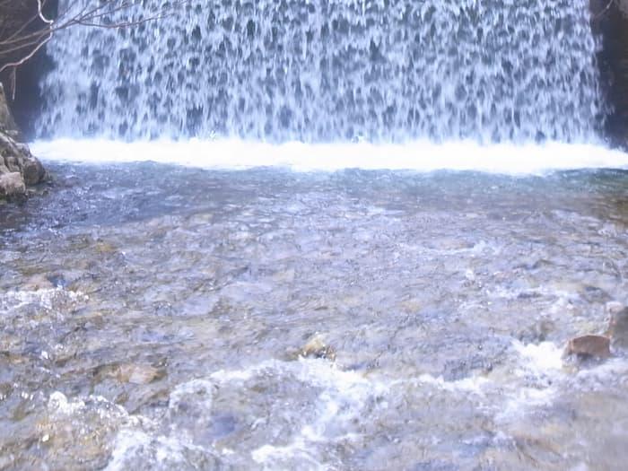 増水する堰堤