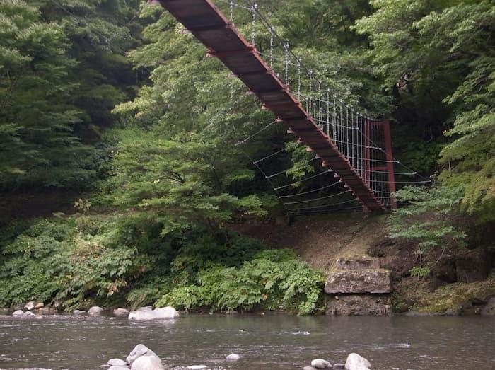 吊り橋の下