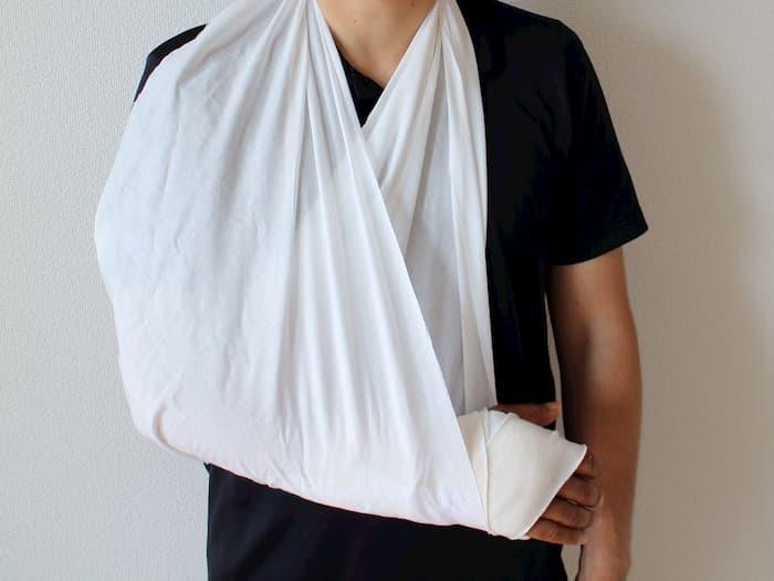 指の骨折と三角巾