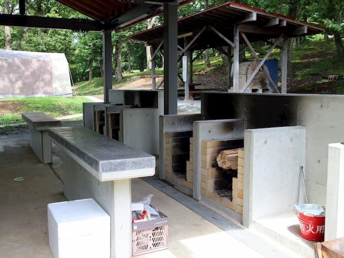 炊事場の焚き火コンロとテーブル