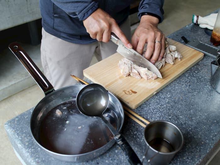 炊事場での調理