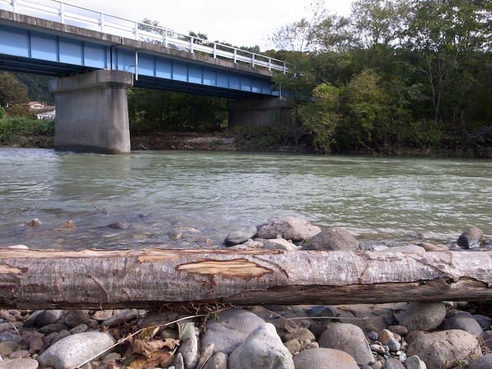 増水する荒雄川