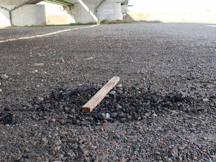 長崎大橋下の焚火の跡