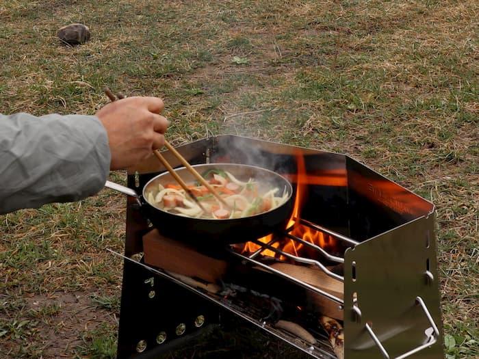 薪グリルで焼きそばを作る
