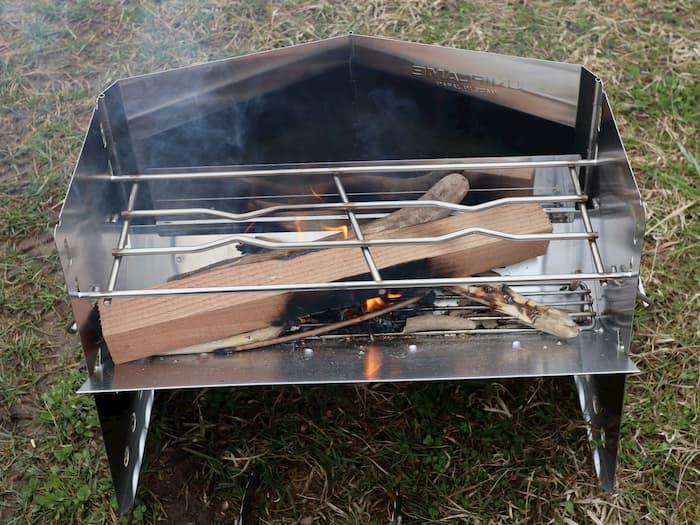 薪グリルで角材と流木を燃やす