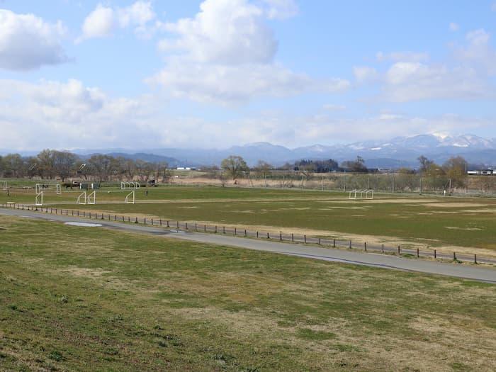 最上川中山緑地の運動場