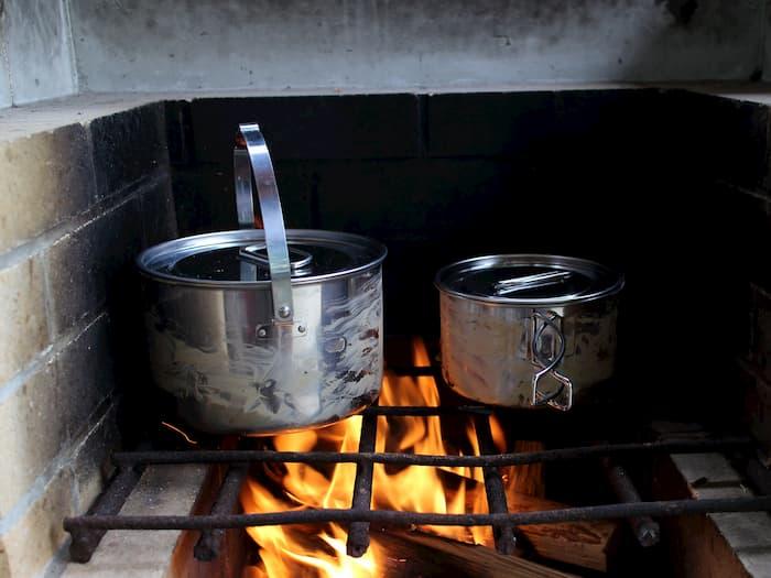 炊事場のコンロでラグナステンレスクッカーを使う